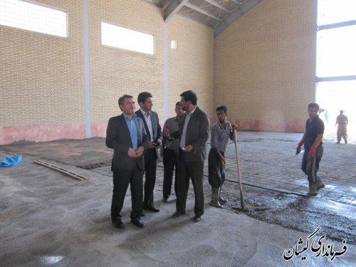 بازدید فرماندار از پروژه سالن ورزشی روستای چارقلی
