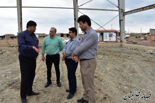 بازدید فرماندار گمیشان از روند اجرایی پروژه سالن ورزشی روستای قلعه جیق بزرگ