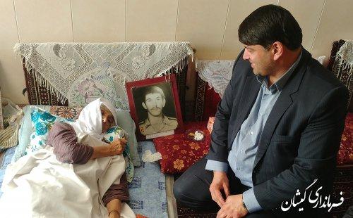 عیادت فرماندار گمیشان از مادر شهید عبدالله پرموز